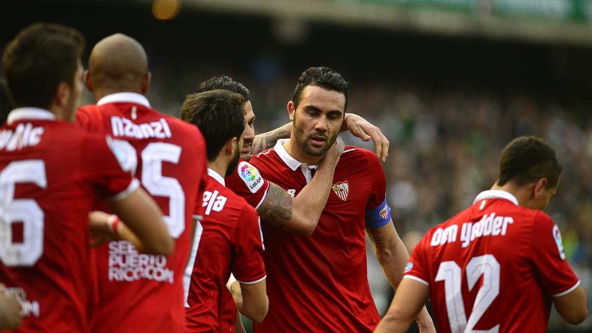 Iborra celebra su gol al Betis junto a sus compañeros. (AFP)