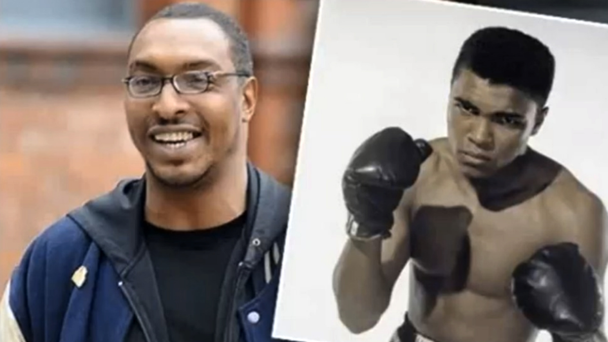 Mohamed Ali jr, junto a una imagen de su padre, el mejor boxeador de todos los tiempos.