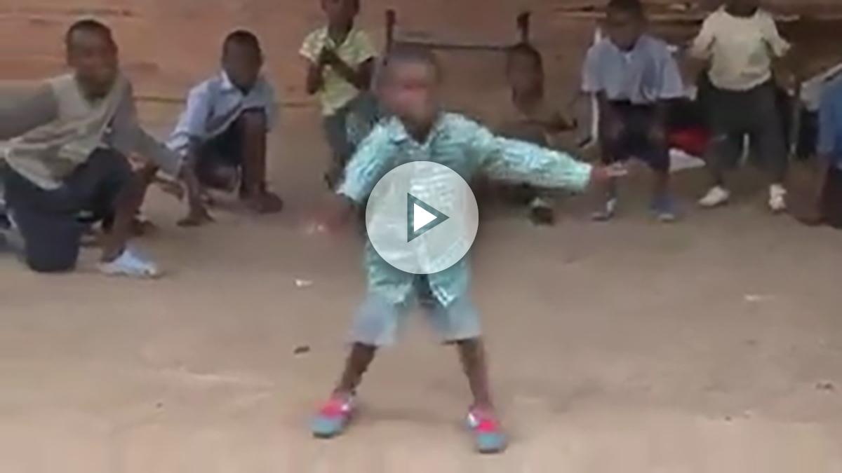 Niños bailando en África.