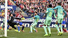 Leo Messi perfora la portería de Oblak para el 1-2 en el Calderón. (AFP)