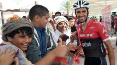 Alberto Contador se fotografía con aficionados en Abu Dhabi.