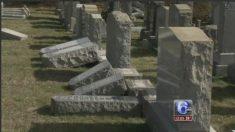 Lápidas judías destrozadas en un cementerio de Filadelfia.