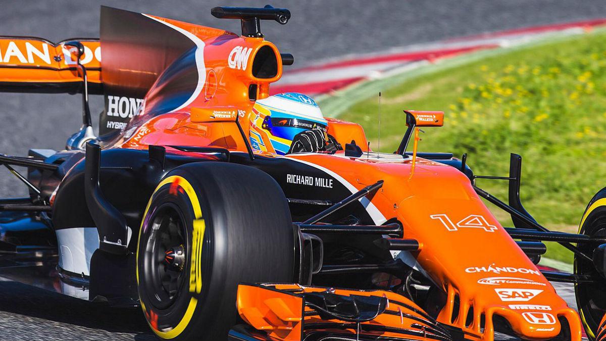 Fernando Alonso rueda con su McLaren por Montmeló.