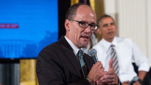 Tom Pérez durante un discurso como secretario de Estado de Trabajo ante Barack Obama. (Foto: AFP)
