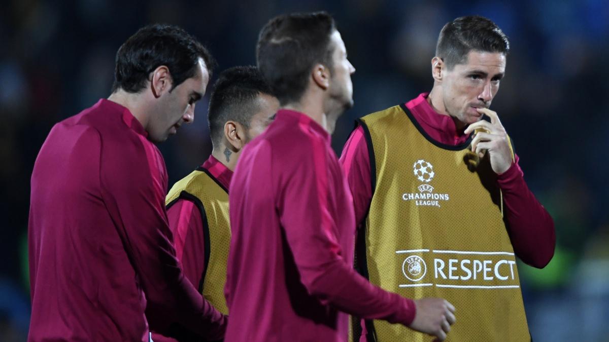 Los jugadores del Atlético de Madrid calientan antes de un partido de Champions