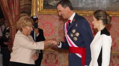La alcaldesa junto a los reyes Felipe y Letizia. (Foto: Madrid)