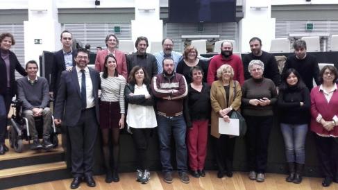 La alcaldesa junto al resto de concejales de Ahora Madrid. (Foto: TW)