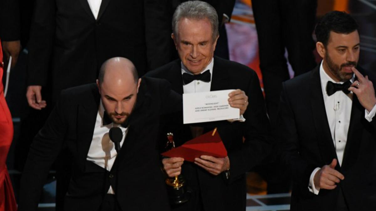 El productor de 'La La Land' muestra el nombre de la verdadera ganadora de la noche, 'Moonlight'. (Foto: AFP)