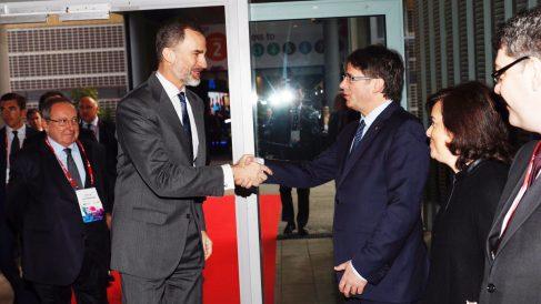 Saludo entre Felipe VI y Carles Puigdemont en el MWC. (Foto: Casa Real)