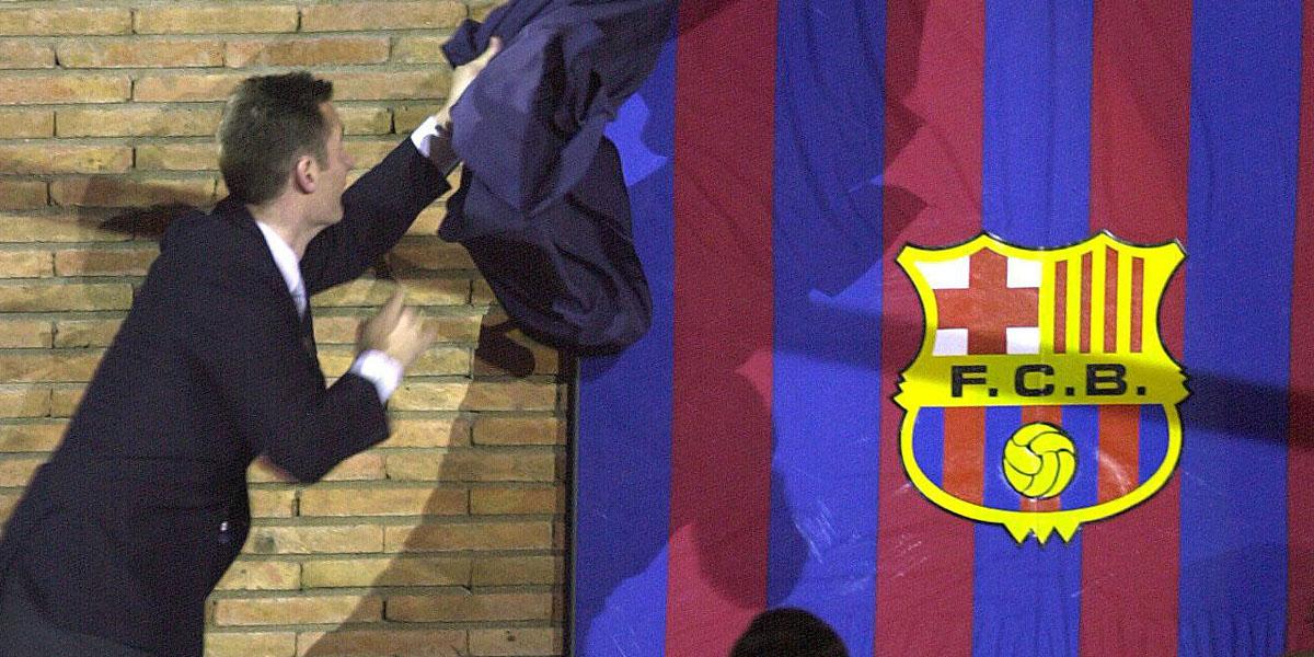 Urdangarin descubre la camiseta que luce en el Palau Blaugrana. (Foto: EFE)