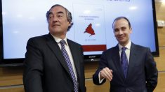 El presidente de CEOE, Juan Rosell (i), presenta el libro «El milagro económico de Madrid», escrito por José Mª Rotellar (d). (Fuente: EFE)