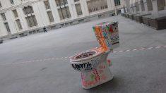 'Obra de arte' que se han olvidado en el Palacio de Cibeles. (Foto: OKDIARIO)