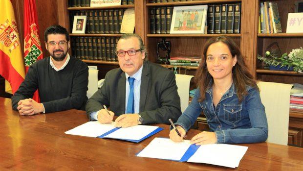 El juez decano de Getafe, Javier Achaerandio, en el centro de la imagen junto a la alcaldesa socialista del municipio, Sara Hernández.