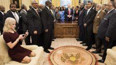 Kellyanne Conway en el Despacho Oval. (Foto: AFP)