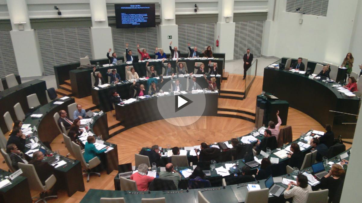 Pleno del Ayuntamiento con la alcaldesa votando abandonada por su grupo municipal. (Foto: OKDIARIO)