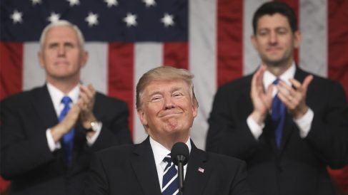 Donald Trump aplaudido por Mike Pence y Paul Ryan. (Foto: AFP)
