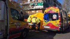 Un equipo del Samur atiende al hombre herido antes de trasladarlo al hospital de La Paz, tras la explosión de gas que ha terminado con la vida de una mujer. Foto: @emergenciasmad