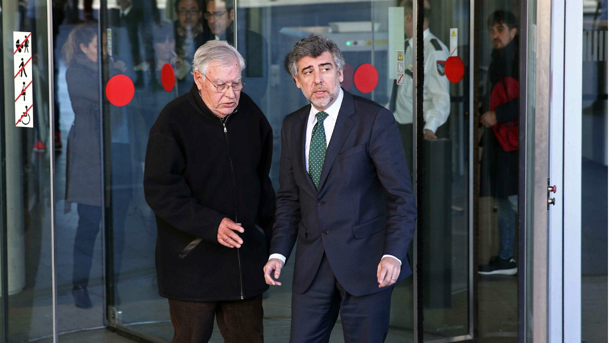 Jordi Montull junto a su abogado a la salida de la Ciudad de la Justicia de Barcelona. (Foto: EFE)