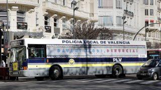 Autobús de la Policía Local de Valencia con el lema 'Ante el odio denuncia'. (Foto: EFE)
