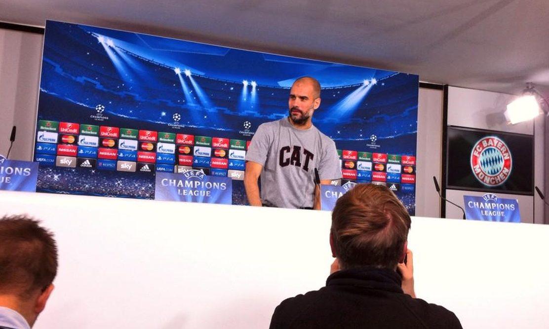 Pep Guardiola, portando camiseta CAT.