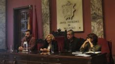 La alcaldesa Carmena junto con el concejal vallecano Paco Pérez y otros dos ediles en Vallecas. (Foto: Madrid)