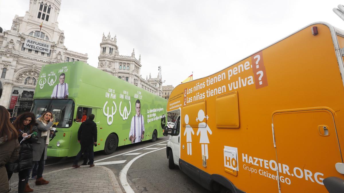 Caravana de Hazte Oír junto al autobús de 'El Intermedio' de laSexta frente al Ayuntamiento de Madrid. (Foto: EFE)