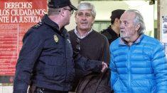 Tolo Cursach (derecha) es conducido por la Policía hasta los Juzgados de Palma (Foto: Cati Cladera/EFE).