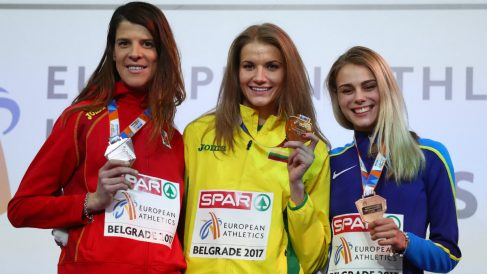 Ruth Beitia posa con la medalla de plata, junto a Palsyte y Levchenko. (Getty)