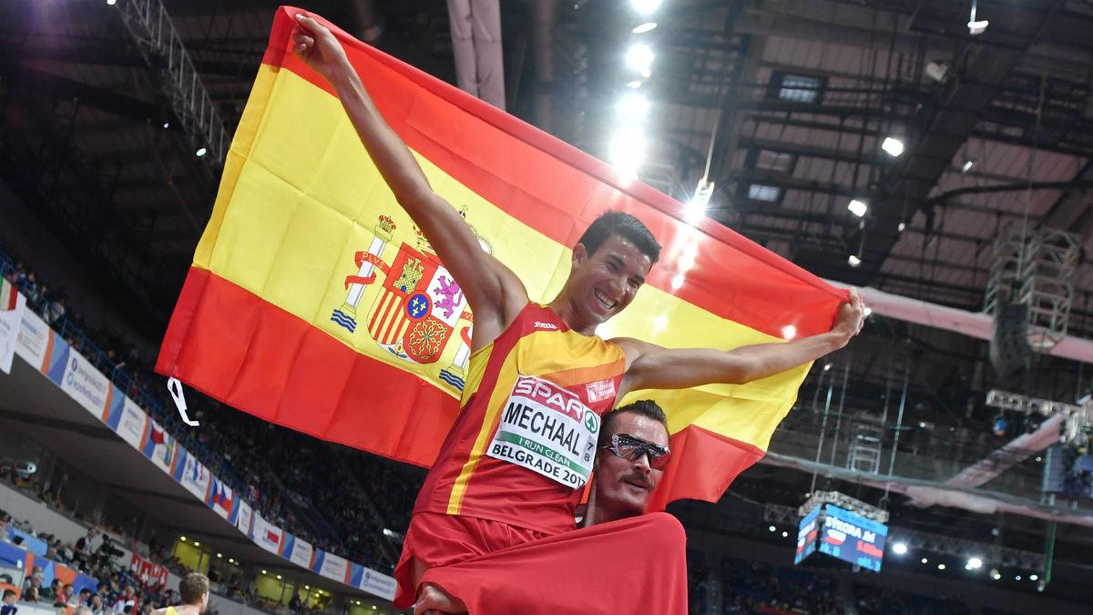 Adel Mechaal luce la bandera española en Belgrado.