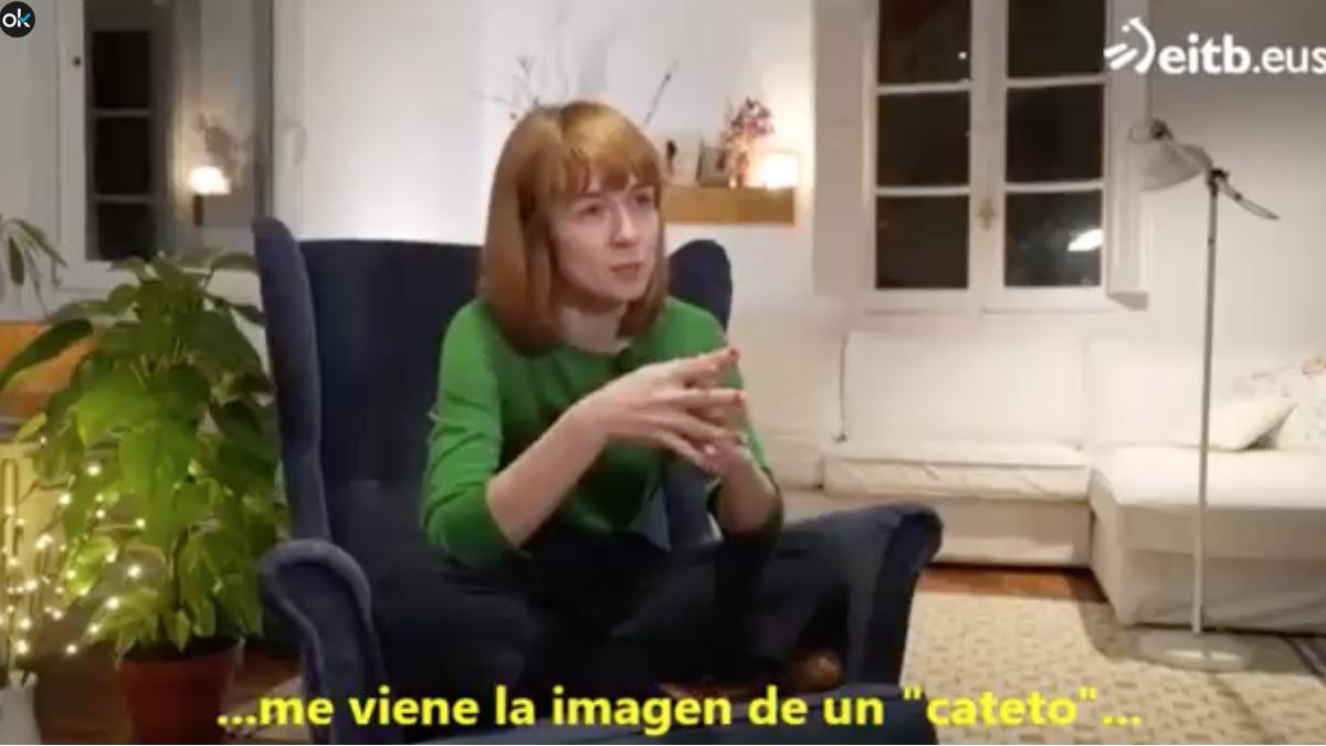 La actriz Miren Gaztañaga durante la entrevista llamando «catetos» a los españoles.