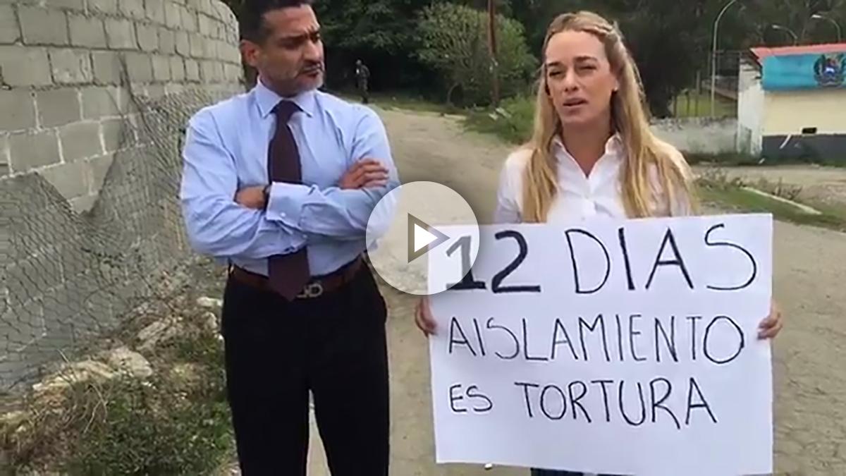 Lilian Tintori, esposa del preso político venezolano Leopoldo López, junto a su abogado Juan Caros Gutiérrez.