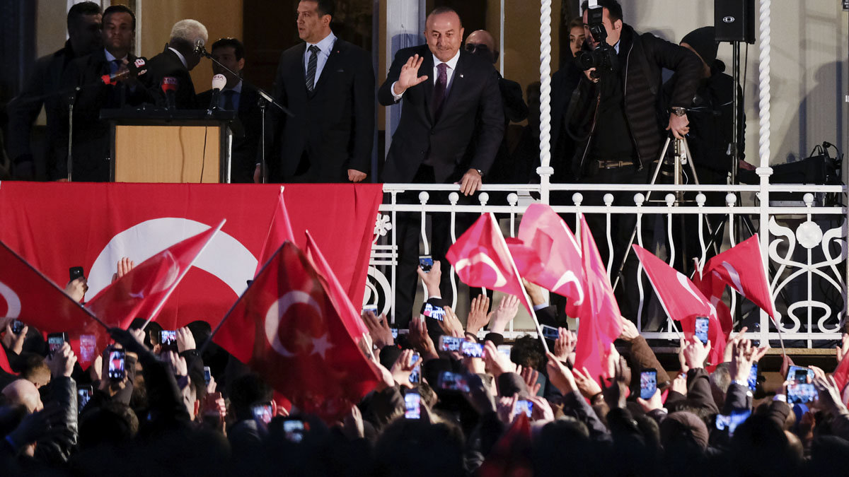 Mevlut Cavusoglu en Hamburgo (Foto: AFP)
