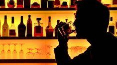 Hombre bebe alcohol en un bar.