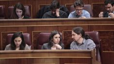 Pablo Iglesias hablando con Irene Montero. (Foto: Francisco Toledo)