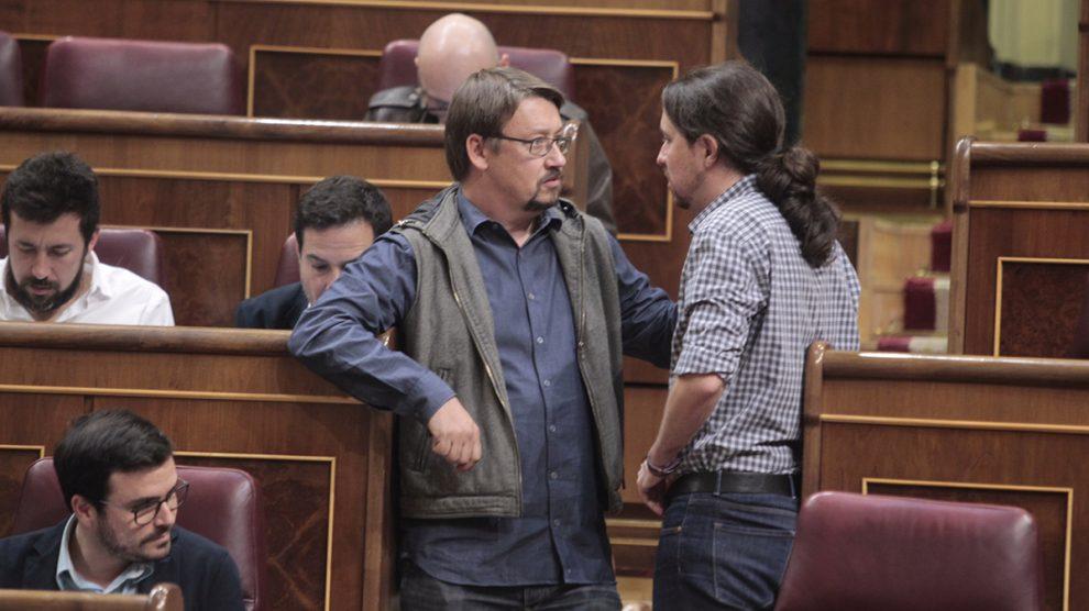 Pablo Iglesias hablando con Xavier Domènech en el Congreso. (Foto: Francisco Toledo)