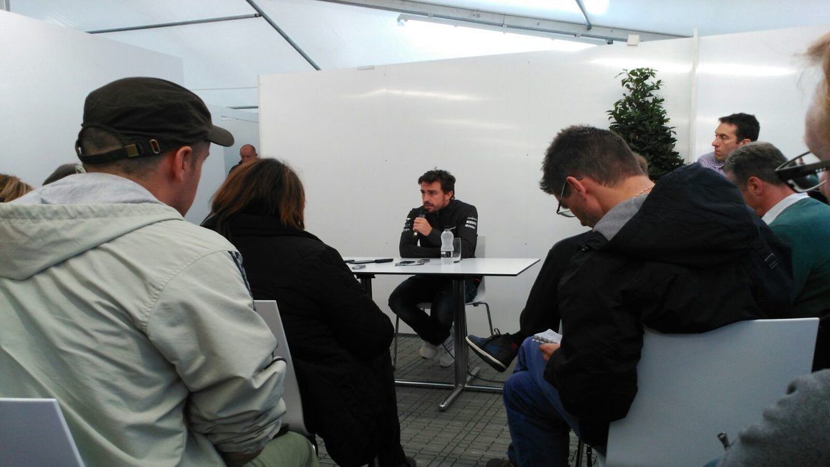 Fernando Alonso durante la rueda de prensa tras la jornada de test (Ignacio Albero)