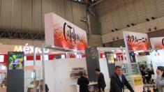 El stand de Cataluña, junto al de México, en la feria alimentaria Foodex de Tokio, ofreciendo chocolates Blanxart. (OKD)