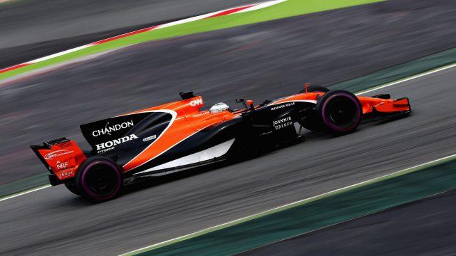 Fernando Alonso con el MCL32 en el Circuit de Barcelona-Catalunya Getty)