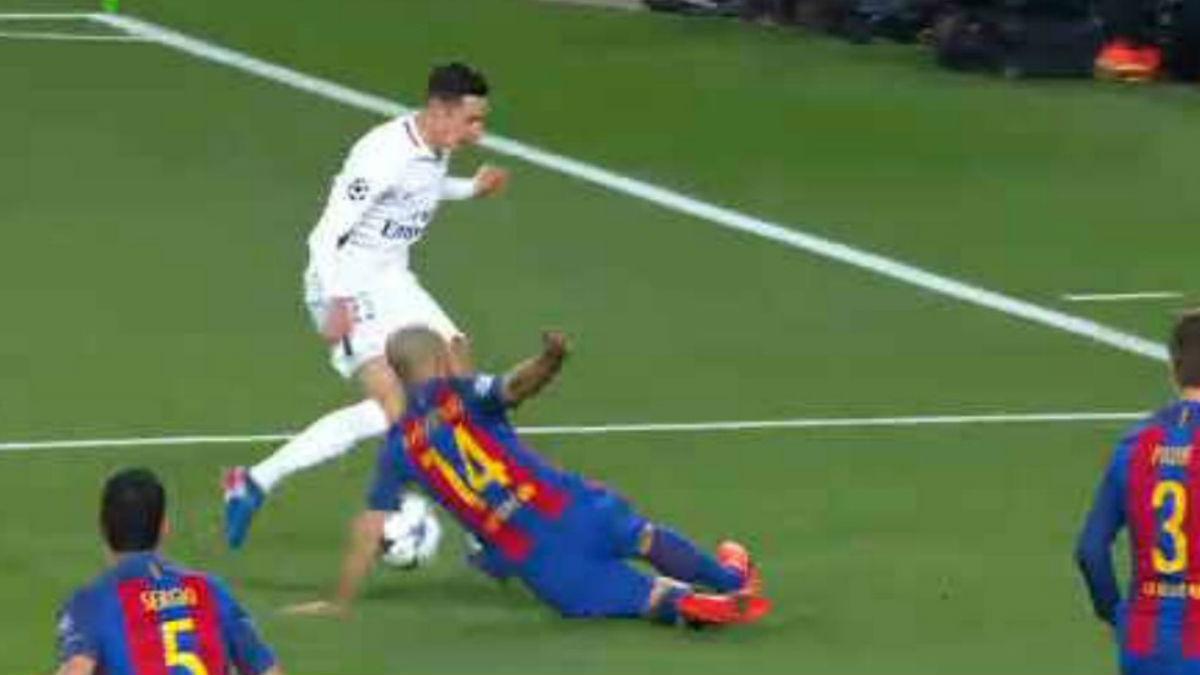 El árbitro no señaló un claro penalti por mano de Mascherano.