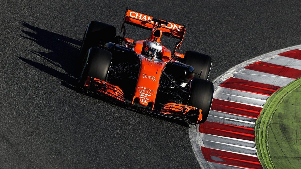 Fernando Alonso pilotando el MCL32 naranja (Getty)