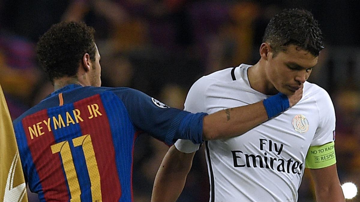 Neymar intenta consolar a Thiago Silva. (AFP)
