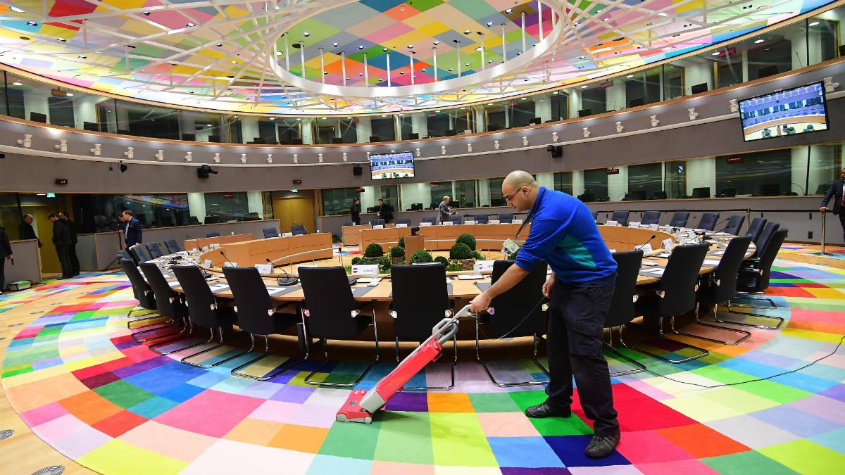 Un operario prepara la sala para el Consejo Europeo en Bruselas. (AFP)