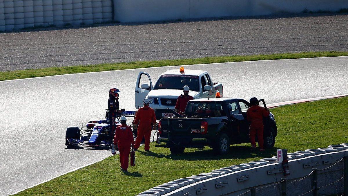 Daniil Kvyat con el Toro Rosso tirado (Getty)