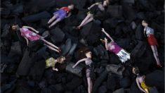 Unas muñecas componen el improvisado homenaje a las víctimas del incendio en el centro de menores de Guatemala. Foto: AFP