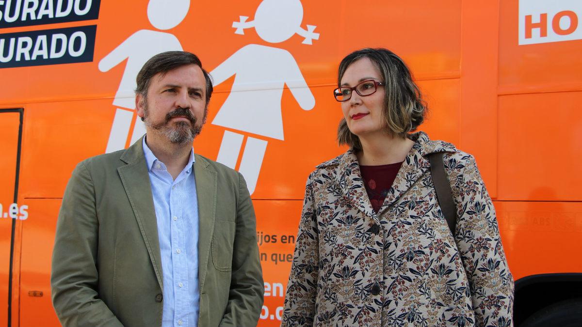 Ignacio Arsuaga, presidente de Hazte Oír, junto a Charlotte Goiar con el polémico autobús a sus espaldas. Foto: HO