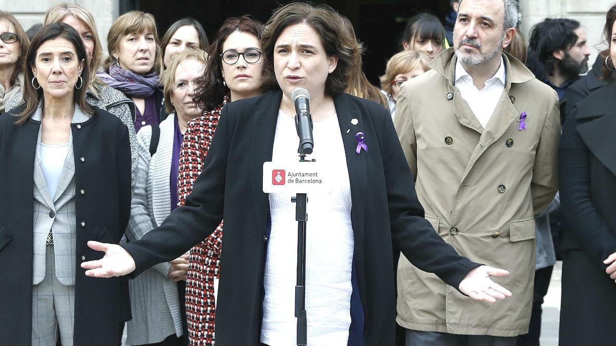 La alcaldesa de Barcelona, Ada Colau (c) (Foto: Efe)