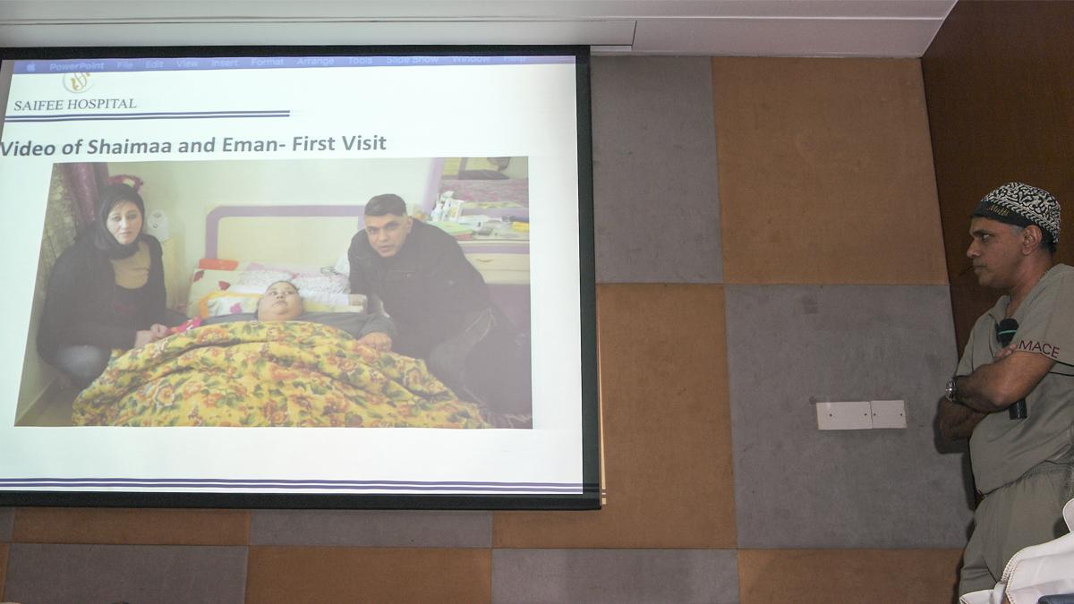Los médicos de Eman Ahmed explican la intervención. (Foto: AFP)