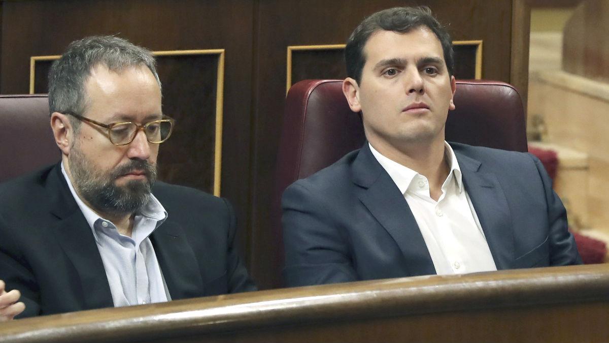 El líder de Ciudadanos, Albert Rivera (d), y el portavoz Juan Carlos Girauta (i), durante un Pleno del Congreso de los Diputados (Foto: Efe)