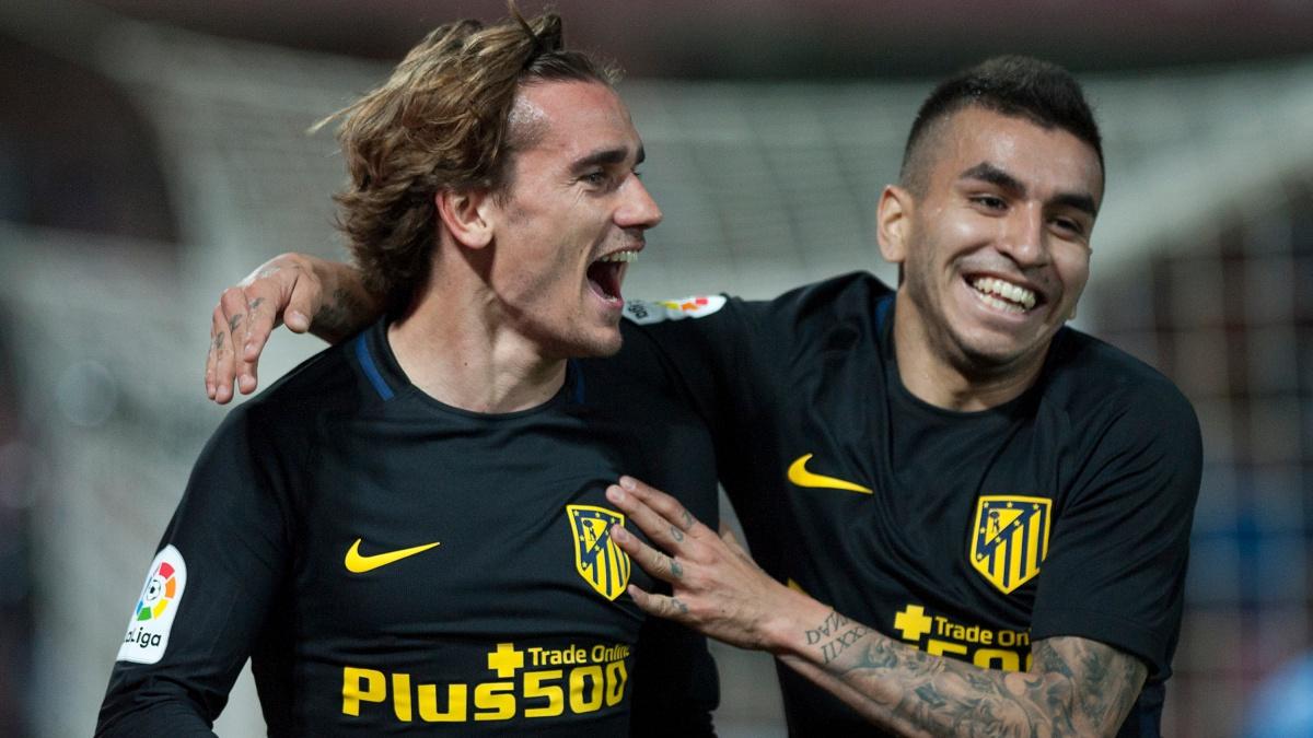 Correa celebra con Antoine Griezmann el tanto del francés en la victoria del Atlético