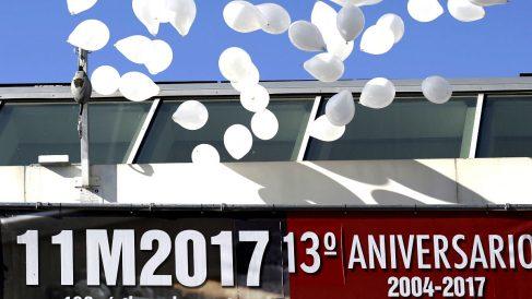 Suelta de globos en recuerdo de las víctimas (Foto: Efe).